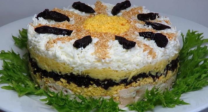 Праздничный слоеный салат с курицей и черносливом «Ромашка»