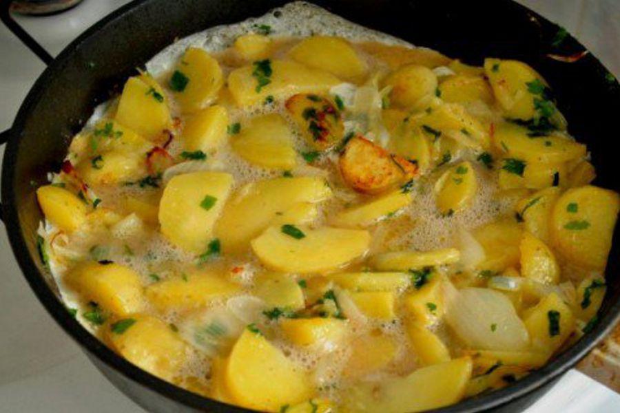 Супер завтрак-жареная картошка с яйцами