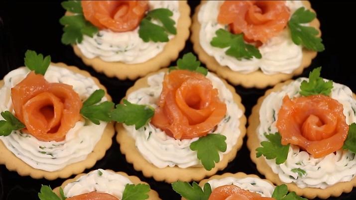 Розочки из красной рыбы на праздничный стол: вкусно и красиво