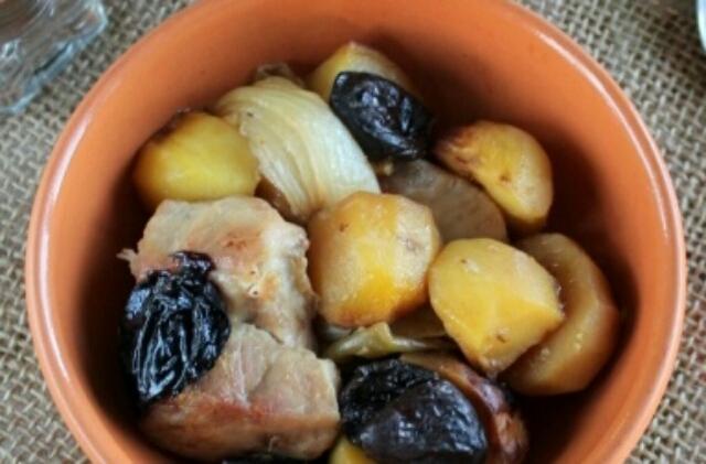 Обалденная картошечка с мясом и черносливом в духовке