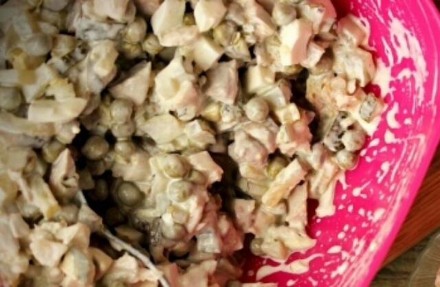 Безумно вкусный и простой салат с курицей и солёными огурчиками