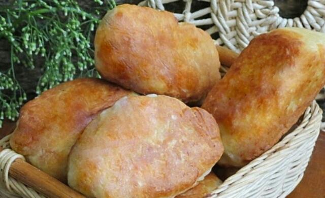 Безумно вкусные жареные пирожки с картошкой и сосиской