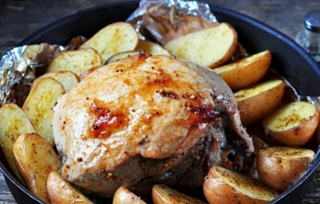 Потрясающее маринованное мясо с картошкой в духовке