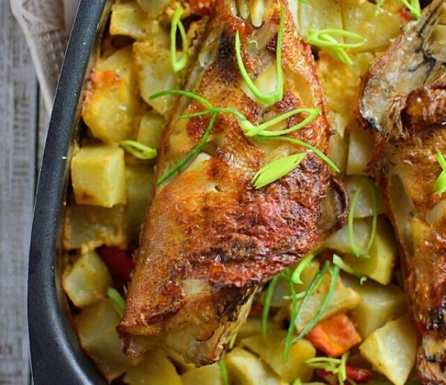 Потрясающий морской окунь с картошкой и майонезом в духовке