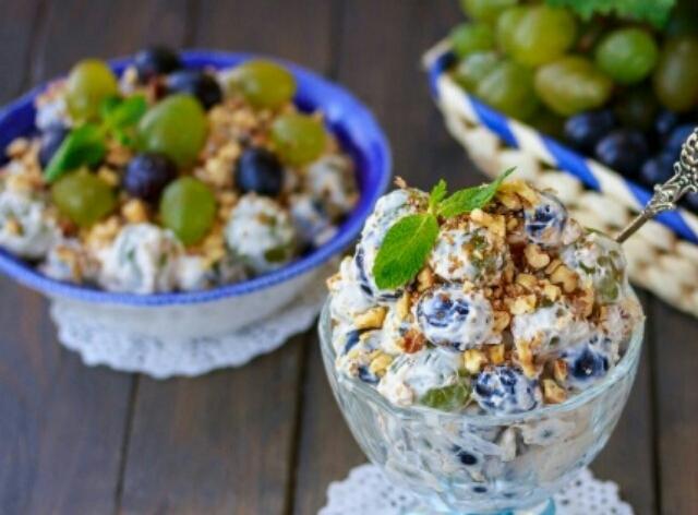 Сливочный салат с виноградом и орехами
