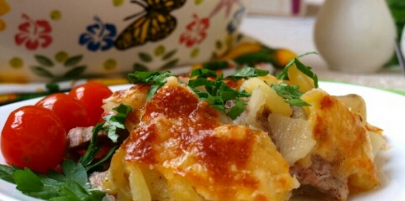 Сытно и вкусно: свинина с картошкой и сыром в духовке
