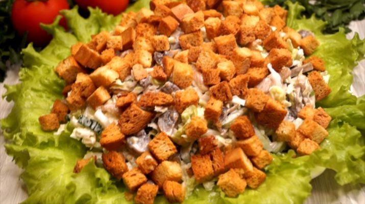 Вкусный салат с курицей и грибами: гости сметают за минуту