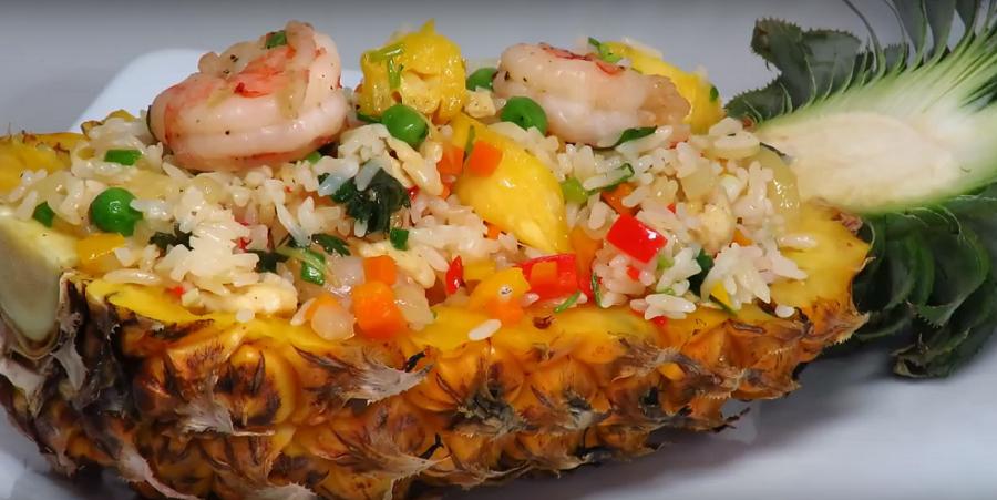 Гарнир для новогоднего стола: рис в ананасе с креветками