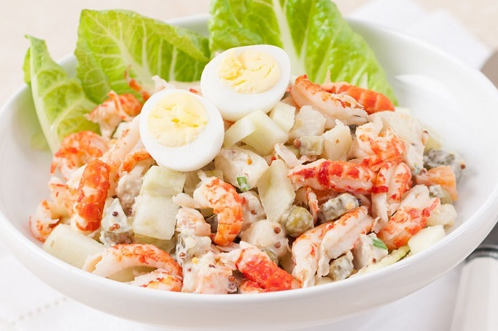 Салат «Оливье» с креветками: новый рецепт на праздничный стол