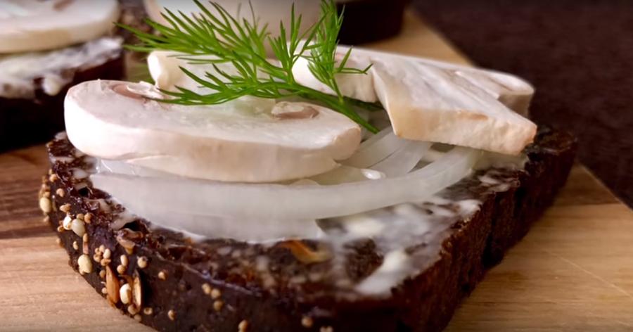 Бутерброды с сырыми шампиньонами: банально, просто и очень вкусно!