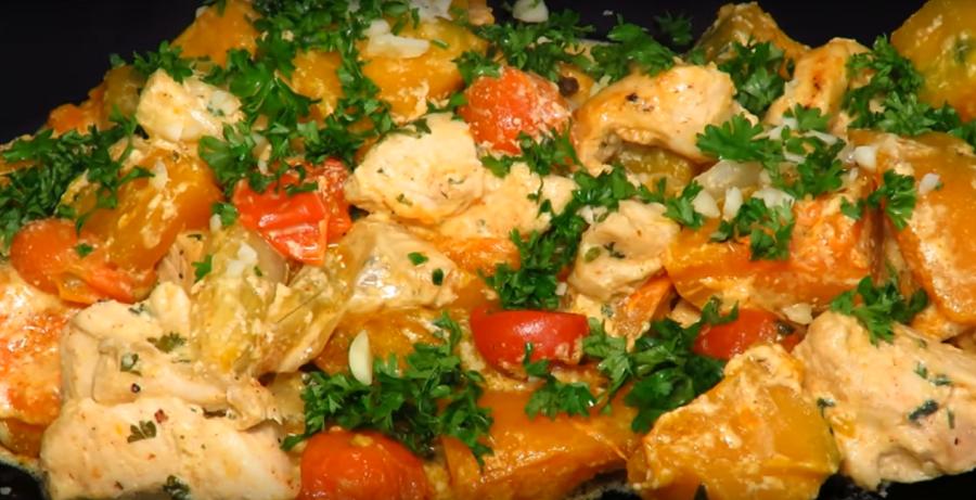 Быстрый обед - курица, запеченная с тыквой в сливочном соусе
