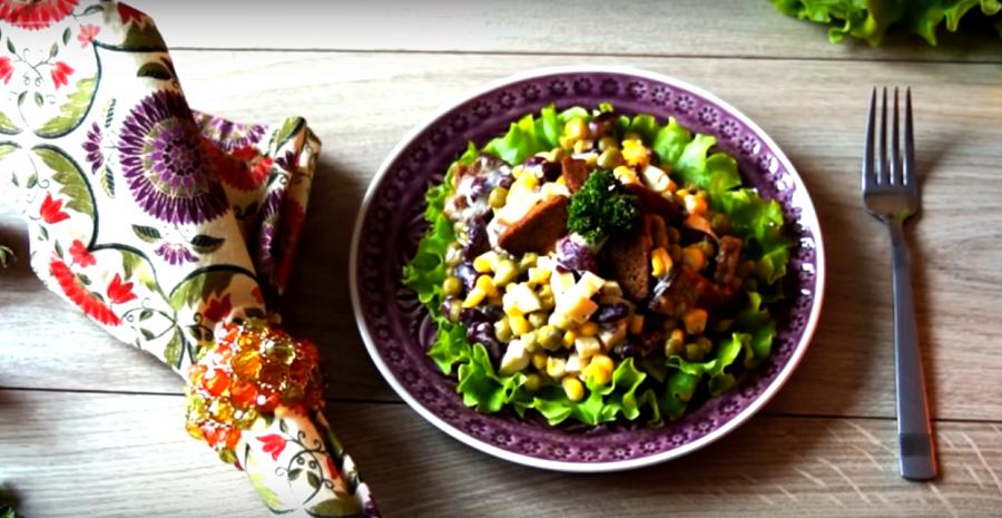 Праздничный салат с копченым сыром и сухариками