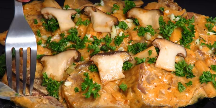 """Мясная закуска """"Тещин язык""""в соусе с грибами"""
