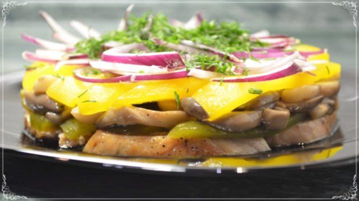Вкусный новогодний рецепт: салат с курицей и грибами в медовом соусе
