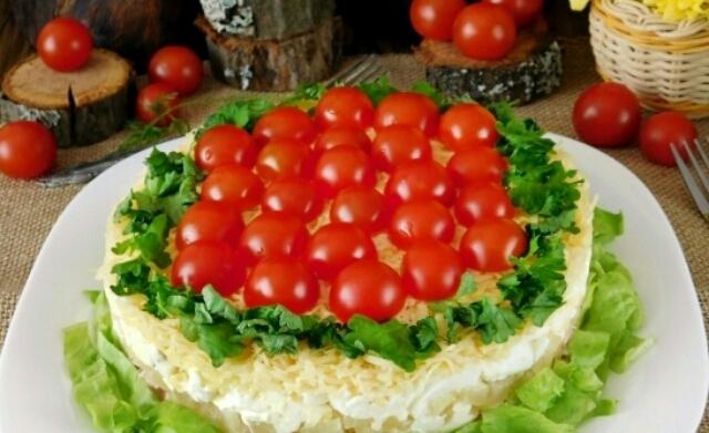 """Потрясающий слоёный салат """"Красная поляна"""": очень легко готовится"""