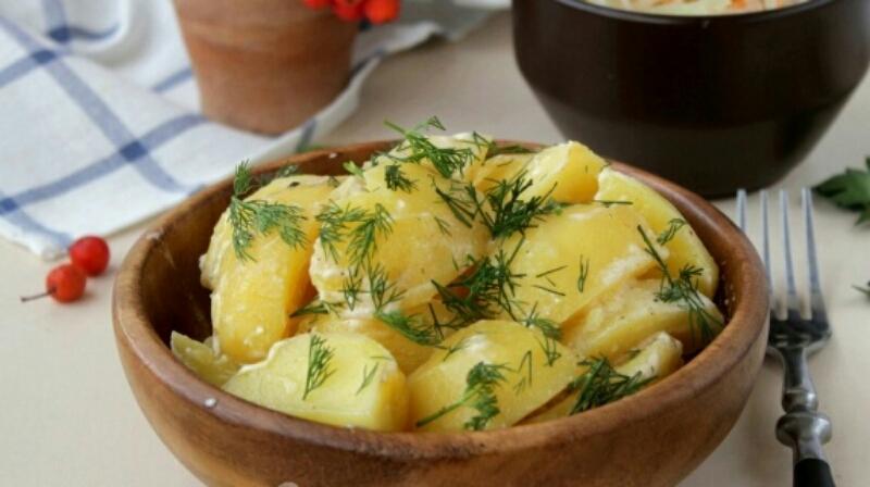 Готовим в мультиварке: тушеная картошка со сметаной