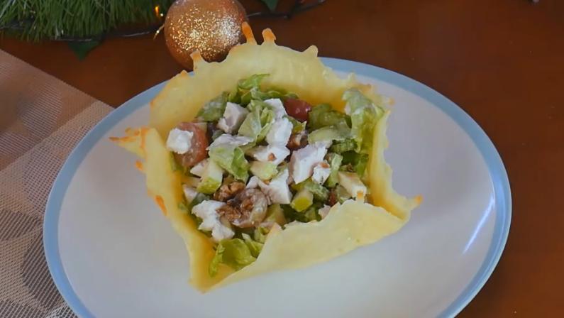 Вкуснейший диетический салат в сырной корзинке