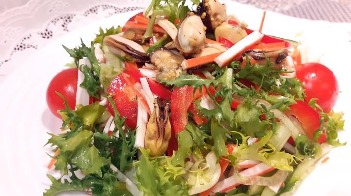 Легкий салат с морепродуктами и ароматным соусом