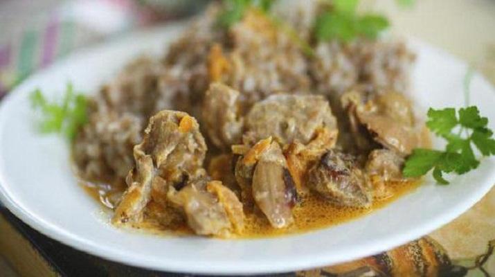 Простое в приготовлении и очень вкусное блюдо: куриные желудки в сметане