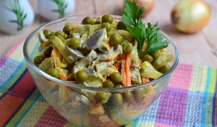 Изумительный салат из куриных желудков с горошком и овощами