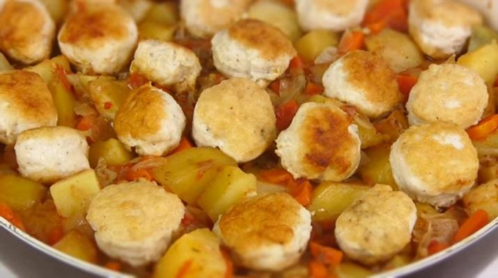 Овощное рагу с фрикадельками: сытный обед на всю семью