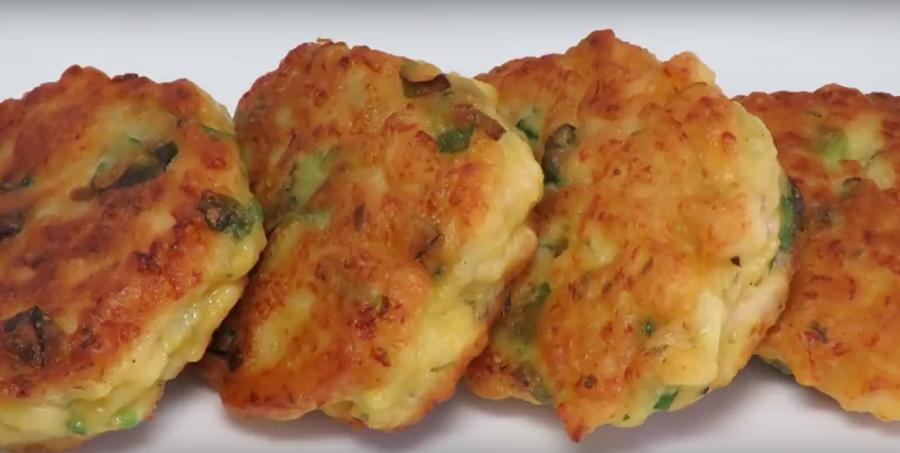 Быстрый завтрак: куриные оладьи с зеленым луком