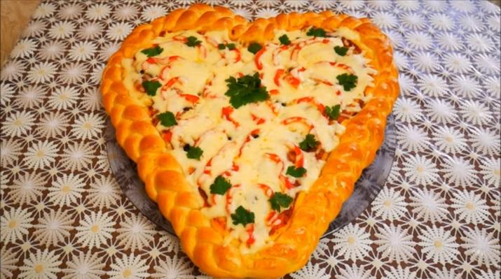 Вкусная домашняя пицца в виде сердца: на день влюбленных
