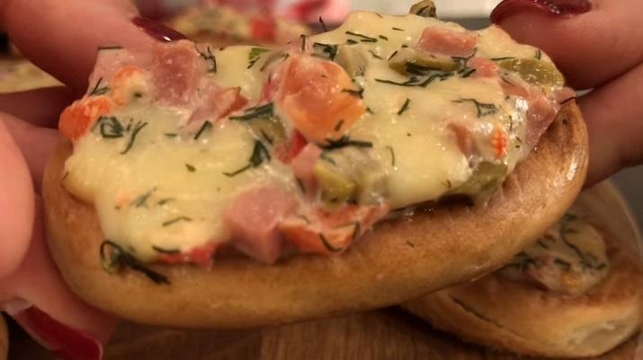 Мини-пиццы из бубликов: когда остались салаты после праздников