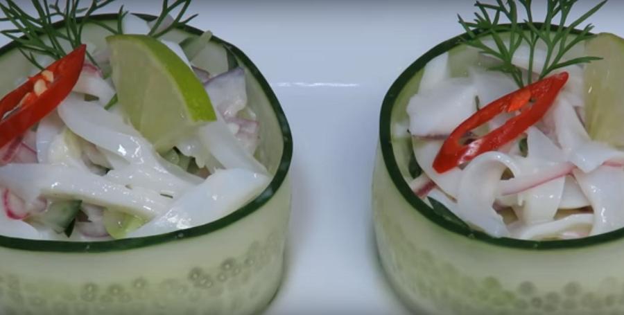 Вкусный простой салат из кальмаров с маринованным луком