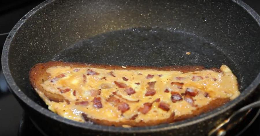 Омлет в хлебе: всеми любимый завтрак по-новому