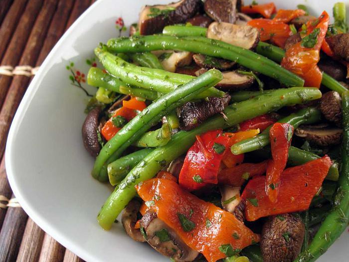 Теплый фитнес-салат с курицей, сладким перцем и стручковой фасолью.
