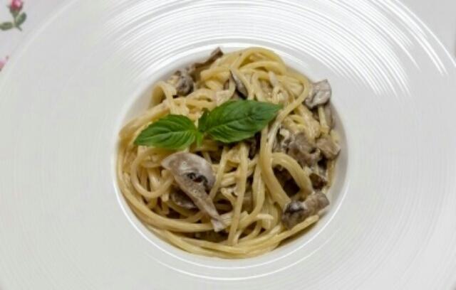 Невероятно вкусное блюдо: спагетти с грибами и белым вином