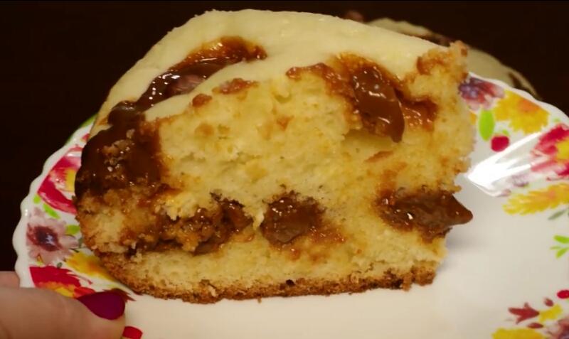 Готовим в мультиварке: творожный пирог с вареной сгущенкой