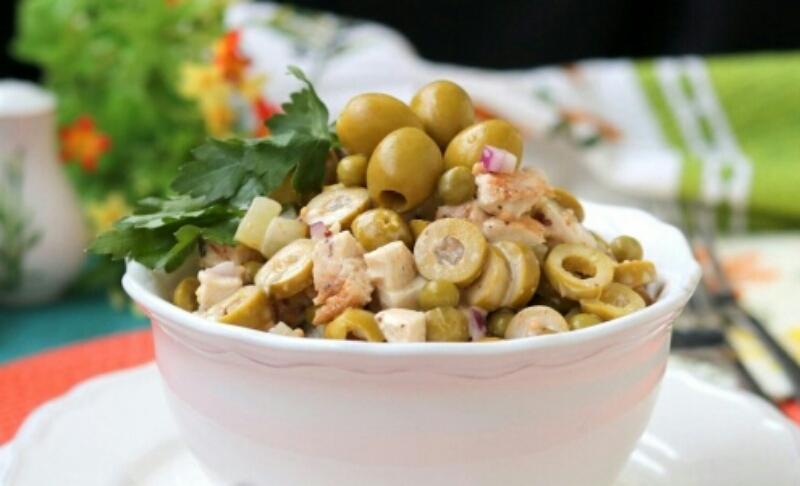 Очень аппетитный салатик с курицей, оливками и маринованными огурцами