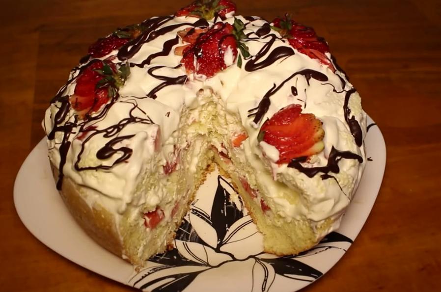 Готовим в мультиварке: потрясающий бисквитный торт с клубникой и взбитыми сливками