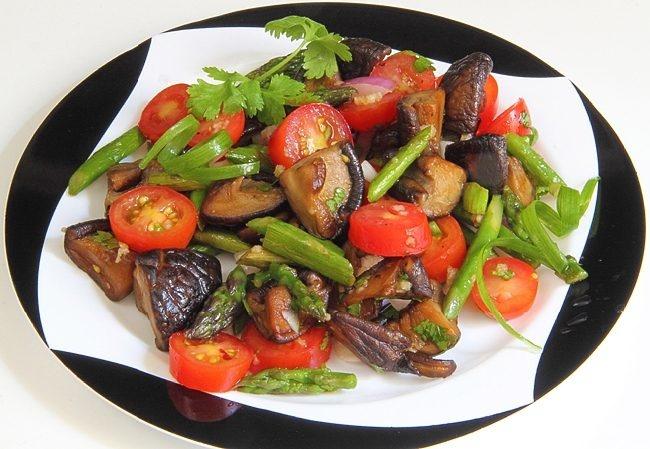 Восхитительный теплый салат с грибами и помидорами