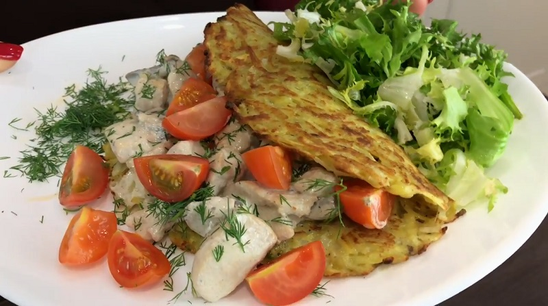 Гигантские драники с мясом и грибами: коронное блюдо