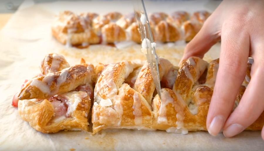 Пирог с малиновым джемом и кремчизом