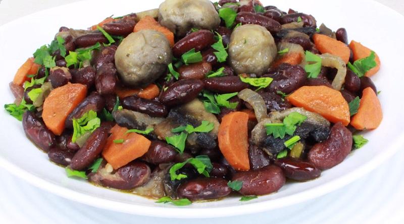 Постное жаркое с фасолью и грибами: готовим на сковороде