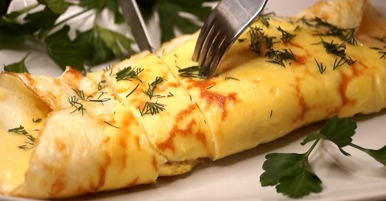 Объедение на завтрак: яичный рулет с сыром на скорую руку