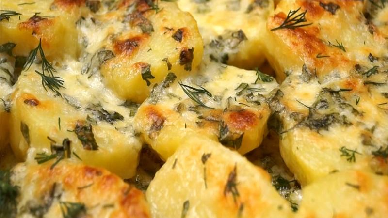 Картофель в духовке, в чесночном масле и с сыром: вкусный гарнир
