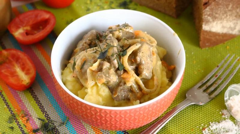 печень тушеная в сметане с луком и морковью в мультиварке