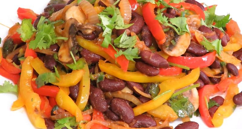 Сытный ужин в пост на скорую руку: блюдо из фасоли, с жареным луком и перцем