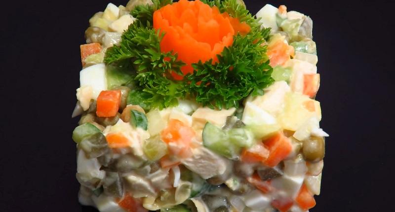 Салат «Оливье» без майонеза и картофеля: ешь, сколько хочешь