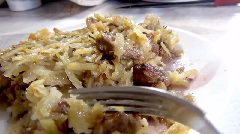 Картофельная «бабка» с мясом: очень сытно и вкусно