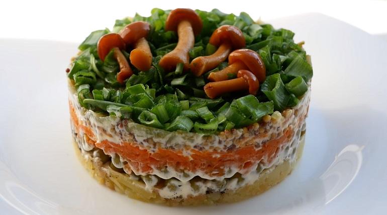 Изумительный постный слоеный салат: съедается быстрее, чем готовится