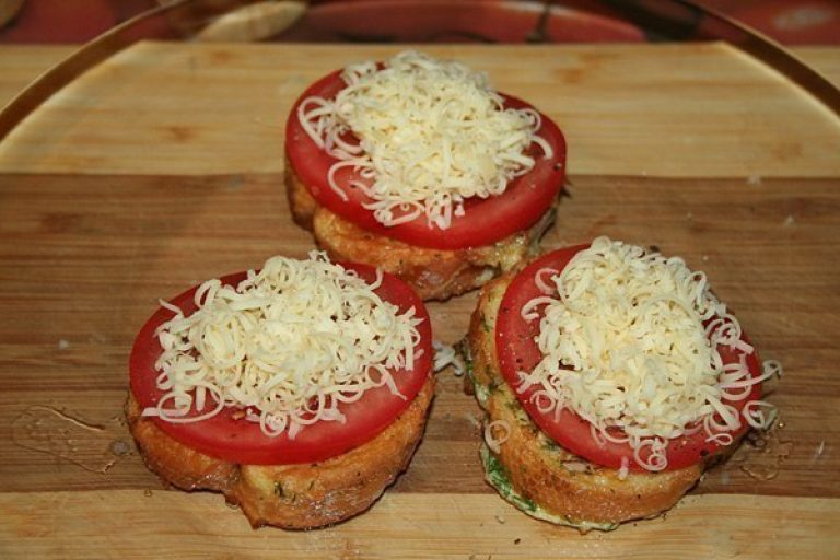 Изумительные гренки с помидорами и сыром