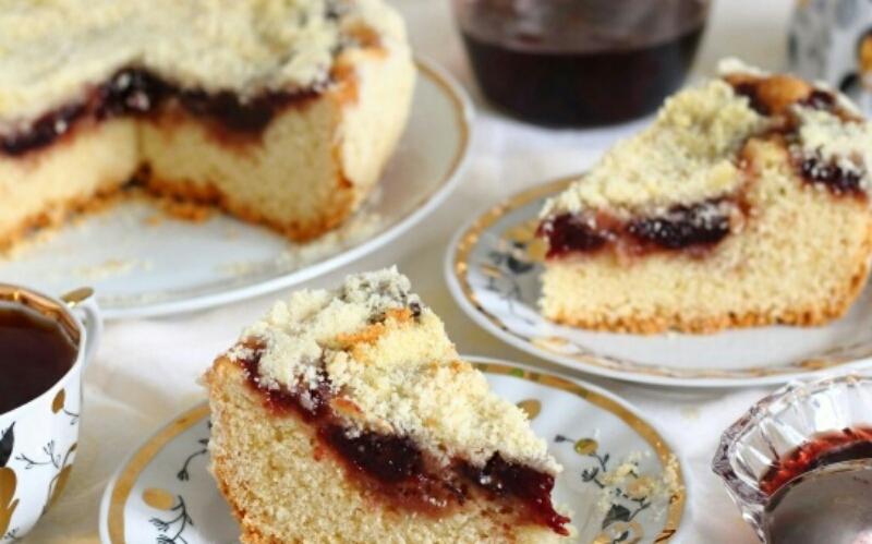 Готовим в мультиварке: вкуснейший пирог с клубничным вареньем