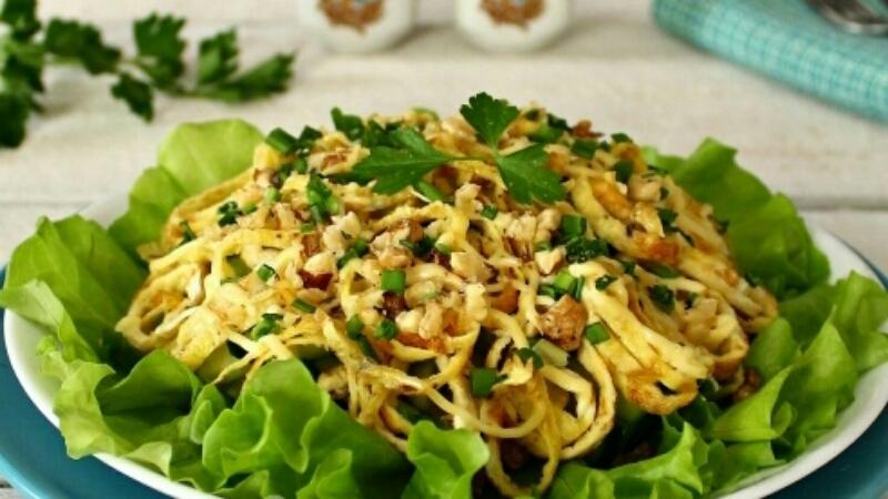 """Потрясающий салат """"Римский"""" с говядиной и блинчиками: невозможно оторваться"""
