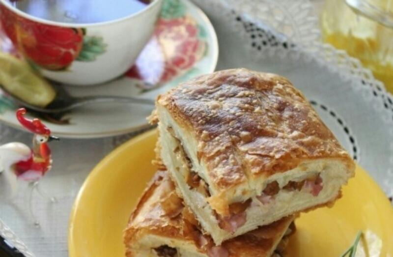 Вкуснейший пирог из слоеного теста с копченой курицей и лисичками